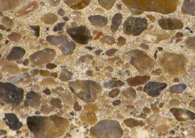 2. Detail van foto 1. De kiezels liggen ingebed in een fijne matrix, die uit versteend kwartszand bestaat.