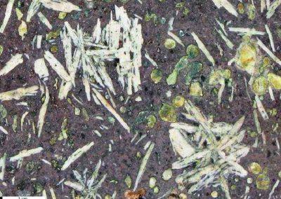 4. Detail van foto 3. De groene amandels bestaan waarschijnlijk voor een groot deel uit epidoot.