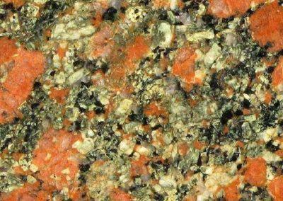 5. Detail van steen 4. Als de steen titaniet bevat noemt men dit type vaak Gedeformeerde Rätangraniet