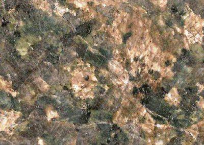 6. Detai van 5. De groene plagioklaas is opvallend.