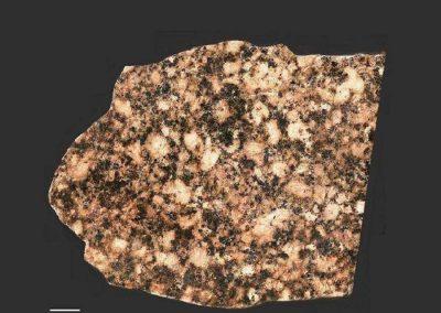 2.Nordingrå rapakivigraniet. Rots. Sund t.n.v. Nordingrå. Eigenlijk behoort deze steen tot de granietporfieren. De kaliveldspaten zijn sterk perthietisch.
