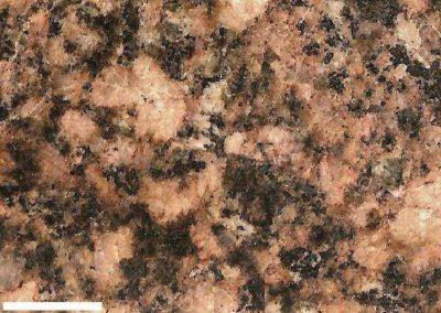 3. Detail van2. Langs de randen van de roze kaliveldspaten zien we veel kleine grafische vergroeiingen van kaliveldspaat en bruinachtige kwarts