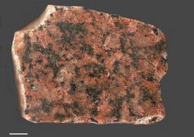6. Nordingrå rapakivigraniet. Rots. t.n.v. Nordingrå. Een sterk granofierische graniet, met kwartsvergroeiingen vrije kwartsen en vrij veel aggregaten.
