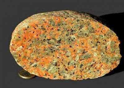 1. Tönsbergiet. Kås Hoved. De steen vertoont op sommige plaatsen een blauwe schittering (Schiller effect)