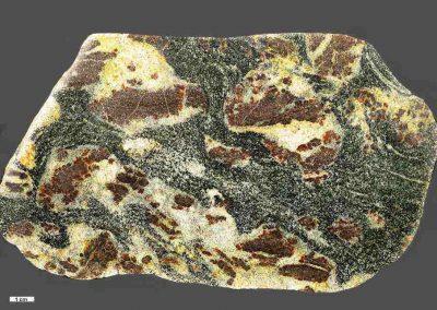 1. Granaatgneis. Vadum Strand. De grote plakken granaat in deze steen bestaan uit een aantal afzonderlijke vlekjes. Dit hoort, evenals de kleur, niet bij een Sörmlandtype.