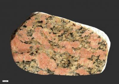 8. Revsundgraniet. Omg. Klein Waabs. D. Een fraai type met roze kaliveldspaten en veel groenachtige plagioklaas