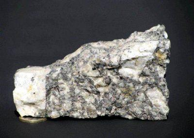 5. Graniet. Deze porfirische Revsundgraniet uit Noord-Zweden vormt een sterke tegenstelling met de fijnkorrelige Bohuslangraniet.