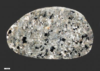 7. Nefelien syeniet. Ertebolle. Dk. In de steen zit vrij veel bruingroene nefelien. Dit soort stenen komt vaak uit het Oslogebied.