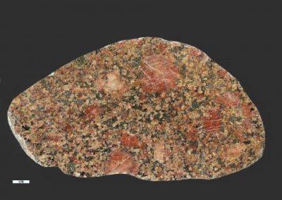 8. Graniet. Een iets porfierische graniet door de grote rode veldspaten. Mogelijk hebben we hier te maken met een Järnagraniet uit de noordelijke helft van Zweden