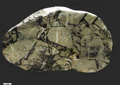 2. Breccie. Textonisch, Als Dk. Een zeer duidelijk voorbeeld van een gebarsten stuk rots.