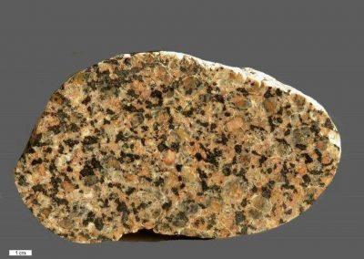 9. Vaggeryd syeniet. Als. Een overgangstype. De steen vertoont kenmerken van beide soorten.