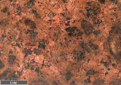 4 Detail van 3. De grafische vergroeiingen in de lichter gekleurde delen van de grondmassa vallen erg in het oog.