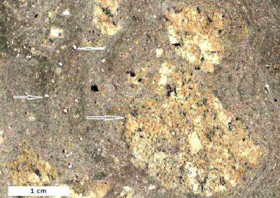 3. Detail van 2. De pijlen tonen enkele glasranden. De zwarte vlekken bestaan uit vulkanisch glas.