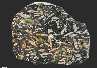 1. Oslobasalt. Ballaststeen. Flevoland De plagioklaaslijsten zijn soms wat rood door hematiet. Het groene mineraal is mogelik epidoot.