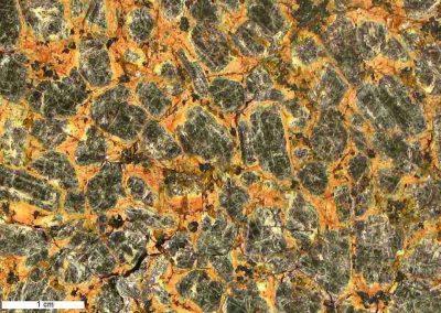 10. Detail van 9. In de tussenmasssa zien we veel donkere mineralen en wat vergroeiingen tussen kwarts en veldspaat.