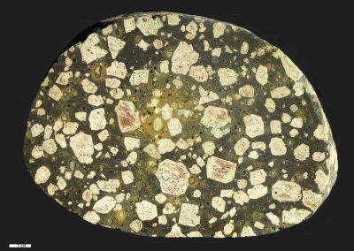 3. Rhombenporfier. Amyg. Naesby Dale. - Een steen met waarschijnlijk twee soorten groen mineraal. Het lichtgroene mineraal is epidoot, dat waarschijnlijk is ontstaan door omzet