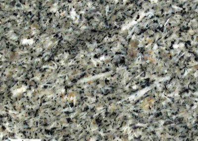6. Detail van 5. De kwartsen zijn in dit grijze type zonder loep slecht zichtbaar. Het mineraal is echter in ruime mate aanwezig. Naast biotiet bevat de steen ook hoornblende.