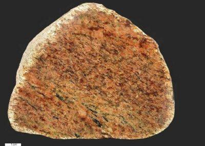 7. Bornholmstreepgraniet. Opende. De steen bevat een relatief hoog percentage rode hematiet.
