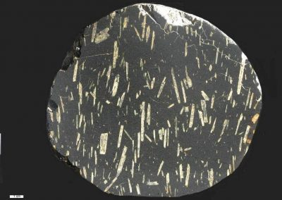 8. Oslobasalt. Naesby Dale. Een zuiver plagioklaas porfierisch type, De plagioklaaslijsten hebben een lineaire ligging.