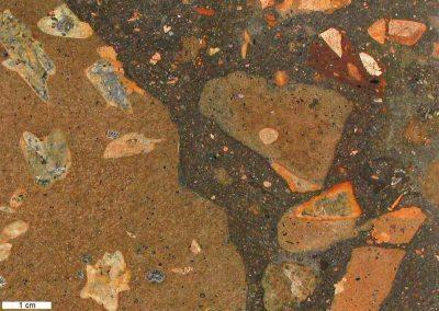 2. Detail van 1. Deze vulkanische breccie bevat een aantal klasten van Rhombenporfieren.