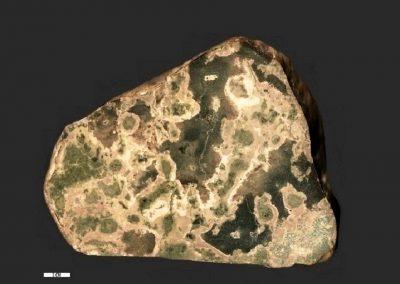2. Hoornrots. Strand bij Lyngs. Dk Deze steen is rijk aan groene epidoot, die is ontstaan door omzetting van andere mineralen