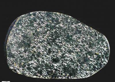 2. Oslo essexiet. Ertebolle. Een steen met een zeer duidelijke parallelle ligging van de grote hoeveelheid plagioklaaslijstjes. Porfierisch.