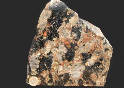 3. Nefelien syeniet pegmatiet. Kust bij Lyngs. De steen kan ook worden gedetermineerd als Lardalietpegmatiet