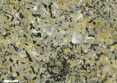 6. Detail van 5. De pijlen tonen de witachtige strepen, die waarschijnlijk bestaan uit perthietische albiet.